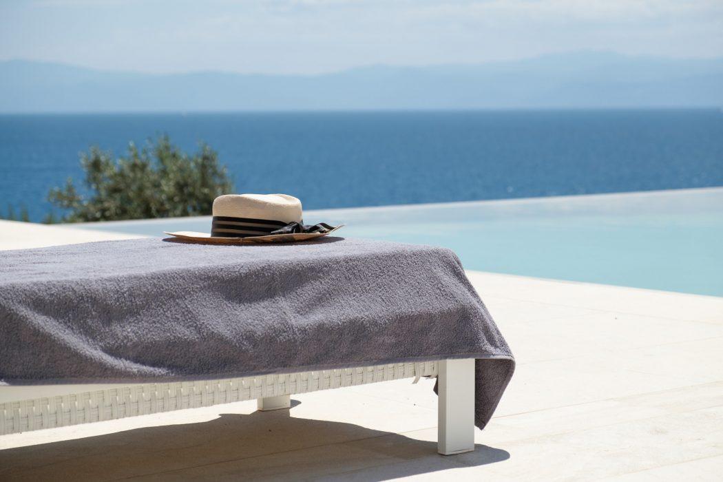 Πισίνα με θέα το απέραντο γαλάζιο