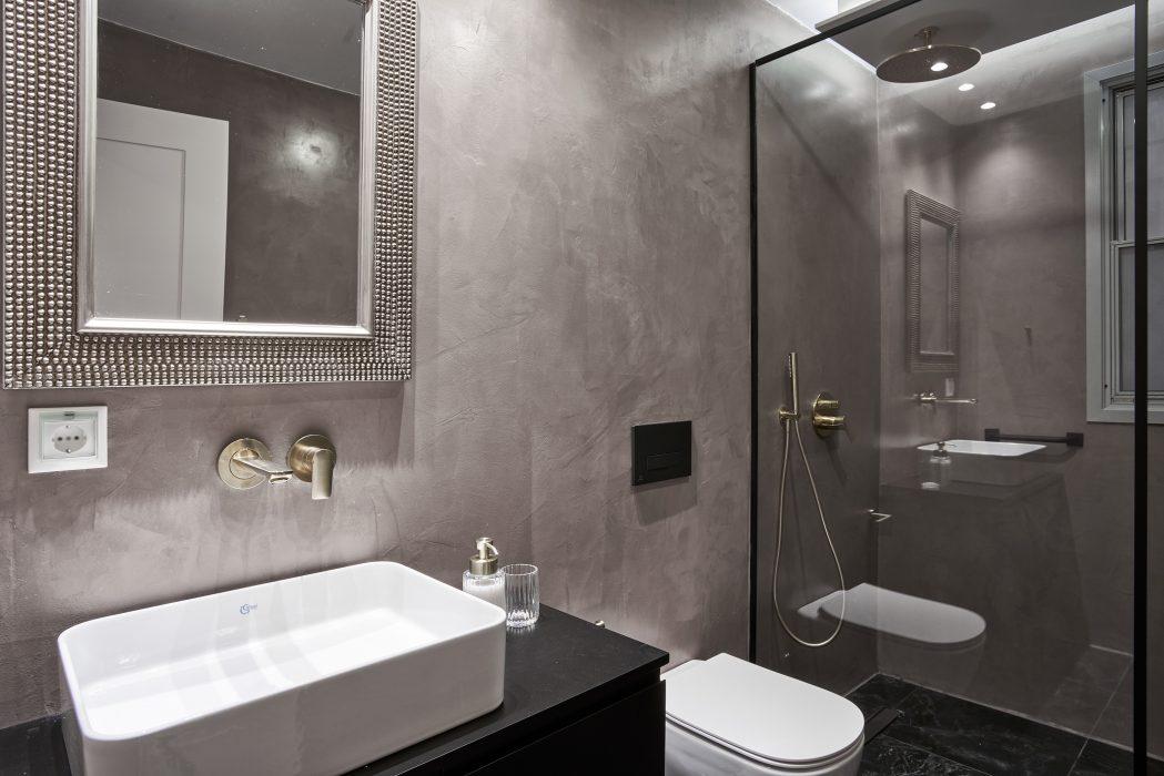 Spacious Bathroom 2